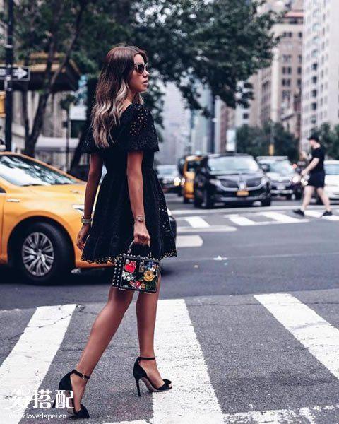 黑色蕾丝连衣裙+黑色高跟鞋
